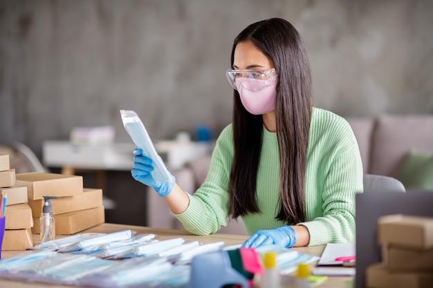 Zdjęcie chińska zajęta pani rodzinna firma organizująca pakowanie twarz grypa maski medyczne globalne rozprzestrzenianie się sprawdź zamówienie jakość wartość reputacja przygotuj zestawy dostawa biuro domowe w pomieszczeniu