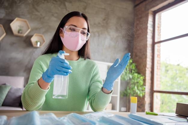 Zdjęcie chińskiej damy ręce rękawiczki lateksowe biznes organizuj zamówienie twarz maski medyczne ręcznie robione opakowanie rozpylanie środek dezynfekujący ramiona koncepcja bezpieczeństwa dostawa online sklep handel biuro domowe w pomieszczeniu