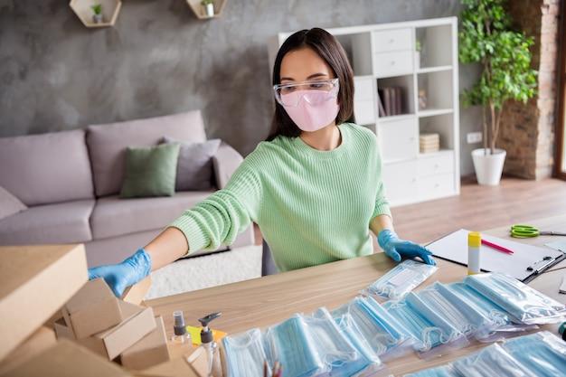 Zdjęcie chińskiej damy ręce rękawiczki lateksowe biznes organizuj zamówienie twarz maski medyczne ręcznie robione opakowanie sortowanie kartony dostawa online sklep kierownik handlu biuro domowe w domu