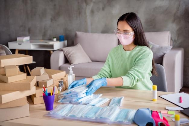 Zdjęcie chińskiej damy ręce rękawiczki lateksowe biznes organizuj zamówienie twarzy odzież medyczna maski ręcznie robione opakowanie umieść kartony dostawa online sklep handel biuro domowe w pomieszczeniu