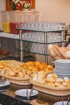 Zdjęcie chleba na śniadanie hotelowe