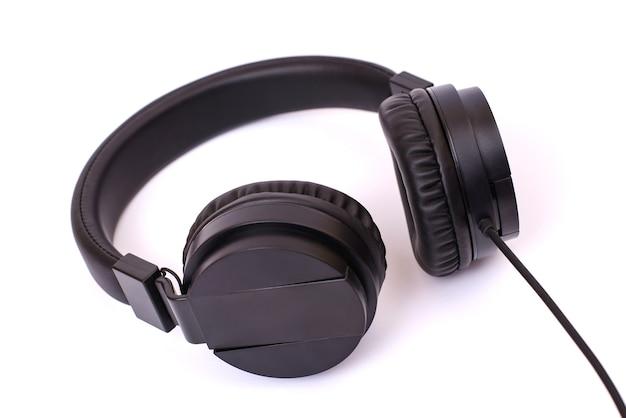 Zdjęcie czarnych słuchawek z kablem na na białym tle