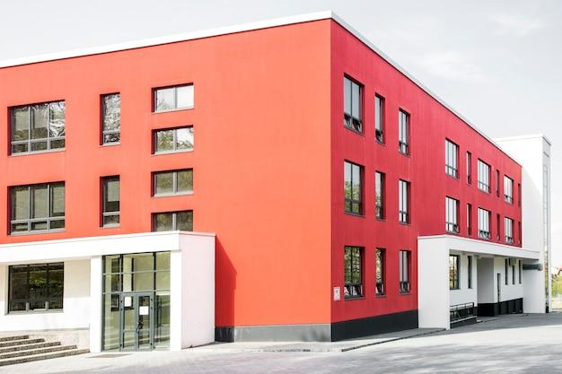 Zdjęcie czerwonego budynku w nowoczesnym stylu
