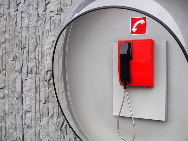 Zdjęcie czerwonego telefonu na ścianie nowoczesnego budynku