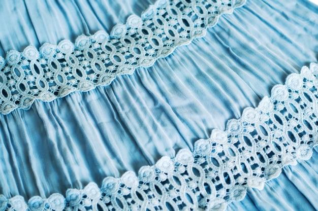 Zdjęcie części niebieskiej spódnicy z montażem i koronką