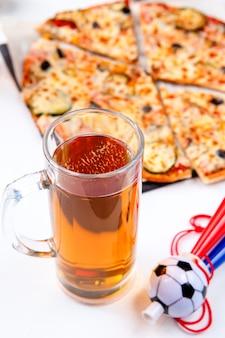 Zdjęcie dwóch szklanek z piwem piankowym, pizza na pustym białym tle