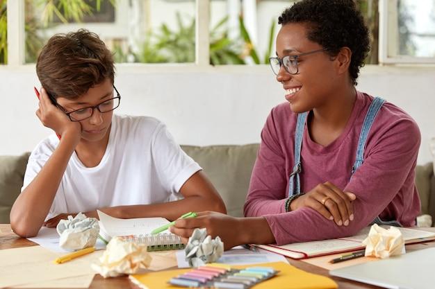 Zdjęcie dwóch współpracujących kobiet rasy mieszanej