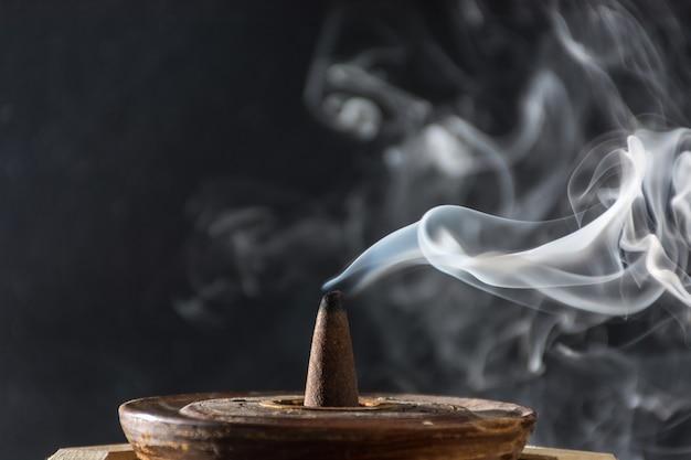Zdjęcie dymu spowodowane przez różne kadzidła