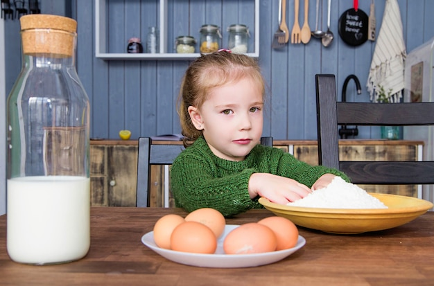 Zdjęcie dziewczynki wyciąga ręce do mąki