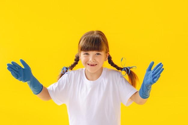 Zdjęcie dziewczynki z jednorazowymi rękawiczkami medycznymi