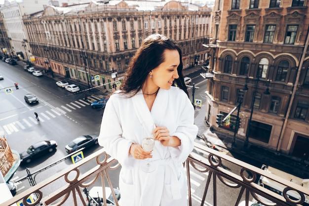 Zdjęcie dziewczyny na balkonie w petersburgu.