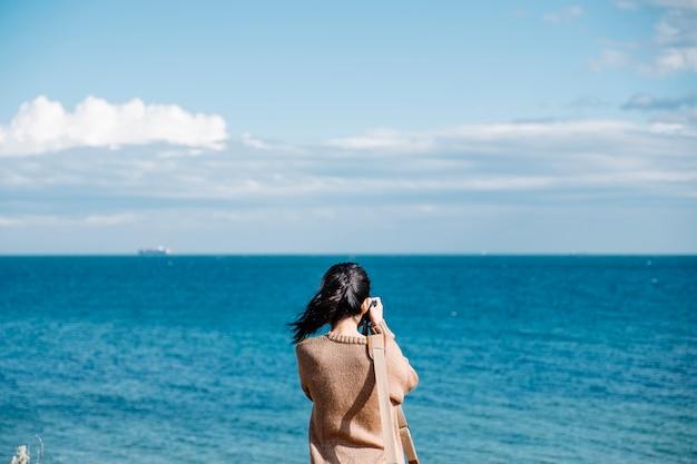 Zdjęcie dziewczyny strzelać z morza