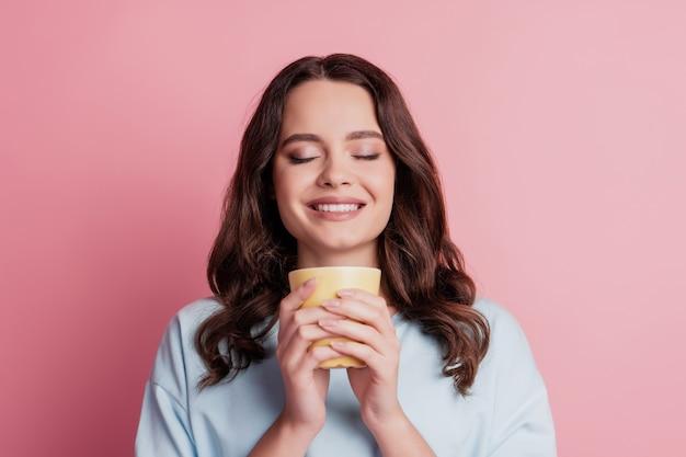 Zdjęcie dziewczyny trzymaj filiżankę pij kakao relaks zamknij oczy ząbkowany uśmiech