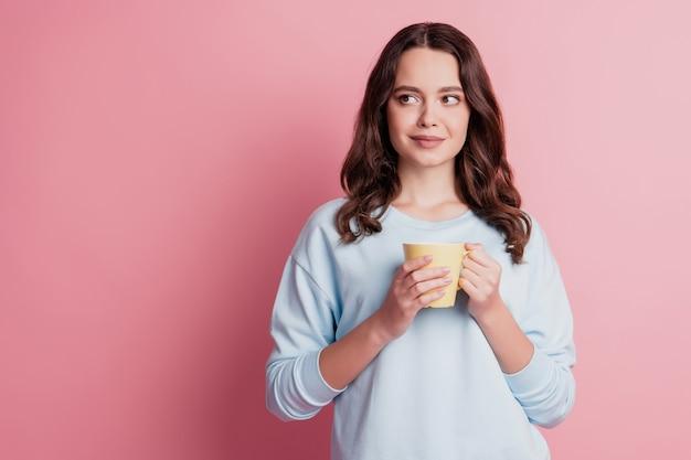 Zdjęcie dziewczyny trzymaj filiżankę pij kawę wygląd strony pusta przestrzeń myślę inspiracja pauza koncepcja