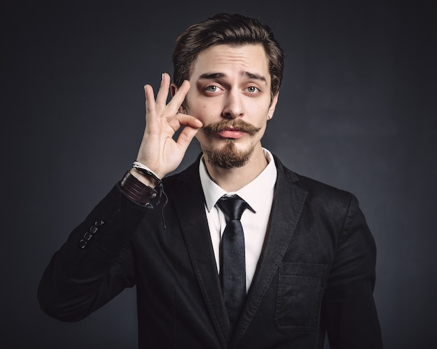 Zdjęcie eleganckiego młodego mężczyzny mody