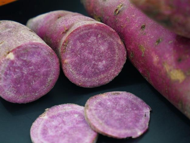 Zdjęcie fioletowego słodkiego ziemniaka