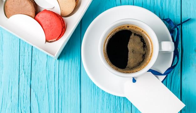 Zdjęcie góry macaron, kawa