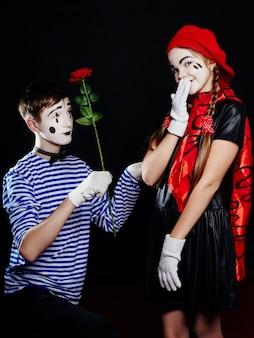 Zdjęcie grupowe dzieci mime, pantomima różne emocje na twarzy dzieci. mały francuski klaun z białym makijażem na twarzy.
