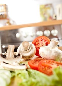 Zdjęcie grzybów, grzybów, ogórków i pomidorów