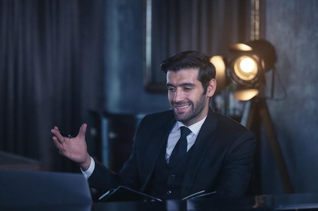 Zdjęcie inteligentnego, pewnego siebie, miłego, pewnego siebie menedżera prowadzącego konferencję online za pośrednictwem czatu wideo w biurze domowym