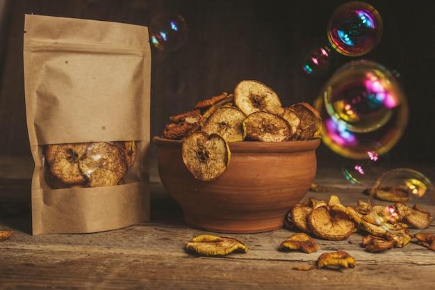 Zdjęcie jedzenia na drewnianym stole. kulki mydlane. przekąski na wakacje. zdrowe jedzenie. odpowiednie odżywianie.