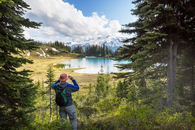 Zdjęcie jeziora i glacier peak w waszyngtonie, usa