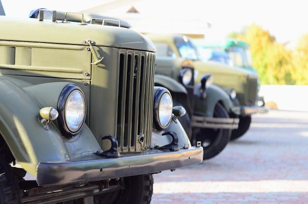 Zdjęcie kabin trzech wojskowych pojazdów terenowych z