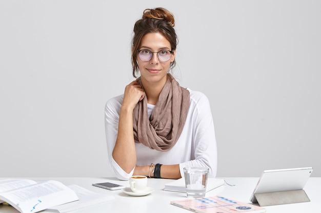 Zdjęcie kierownika administracyjnego w okrągłych okularach