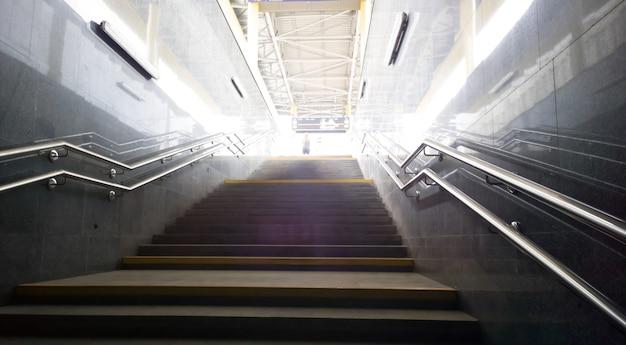 Zdjęcie klatki schodowej w podziemnym mieście. zdjęcie z miejscem na kopię