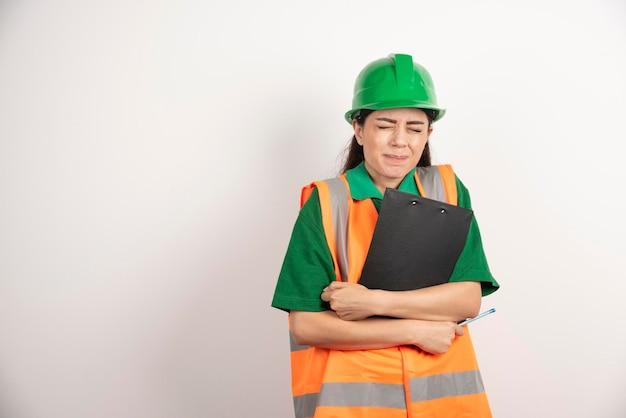 Zdjęcie kobiety konstruktora ze schowkiem i ołówkiem. zdjęcie wysokiej jakości