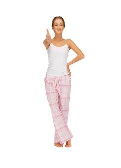 Zdjęcie kobiety w bawełnianej piżamie pokazującej kciuk w górę