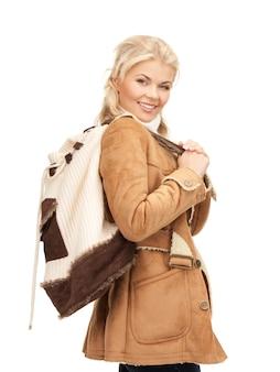 Zdjęcie kobiety w kurtce z owczej skóry z plecakiem