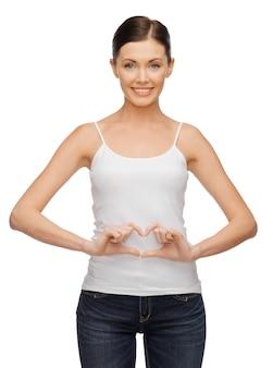 Zdjęcie kobiety w pustej koszulce tworzącej kształt serca