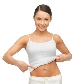 Zdjęcie kobiety w pustej koszuli pokazującej jej brzuch