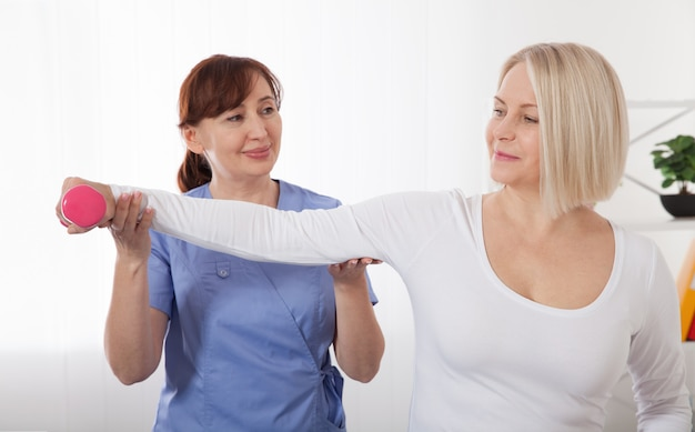 Zdjęcie kobiety w średnim wieku podczas rehabilitacji w profesjonalnej klinice