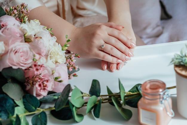Zdjęcie kobiety z bukietem ślubnym świeżo poślubiona para rąk z obrączkami