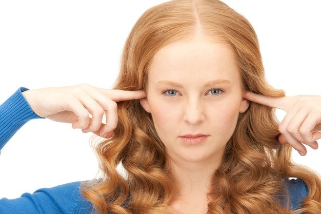 Zdjęcie kobiety z palcami w uszach
