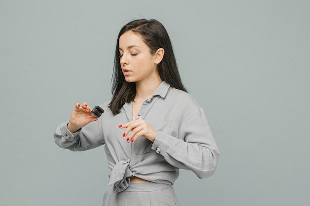 Zdjęcie kobiety z pulsoksymetrem na palcu, sprawdza stan jej zdrowia