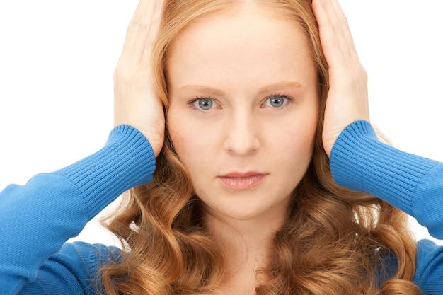 Zdjęcie kobiety z rękami na uszach