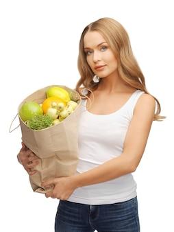 Zdjęcie kobiety z torbą na zakupy pełną owoców