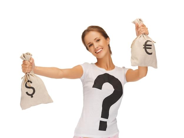Zdjęcie kobiety z torbami podpisanymi dolarem i euro
