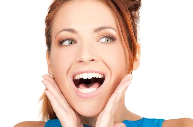 Zdjęcie kobiety z wyrazem twarzy zaskoczenia
