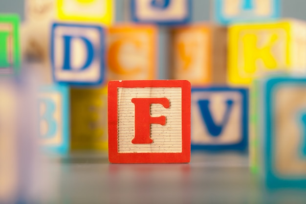 Zdjęcie kolorowe drewniane litery bloku f.