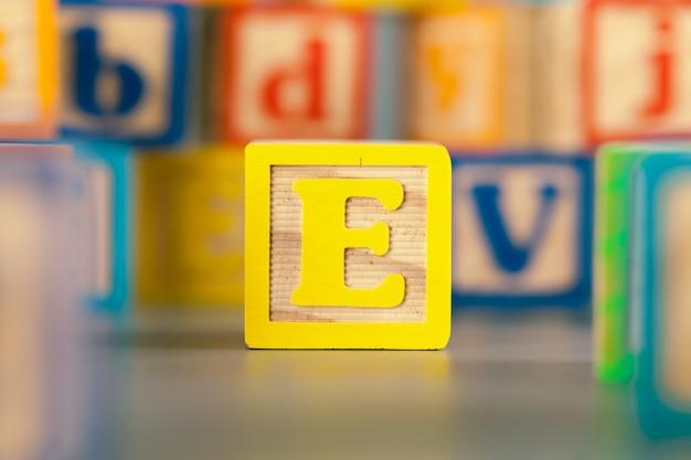 Zdjęcie kolorowej drewnianej powierzchni blokowa litera e
