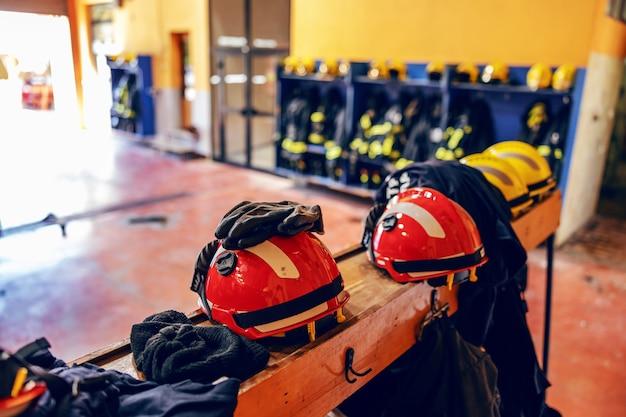 Zdjęcie kombinezonu ochronnego i hełmów straży pożarnej.