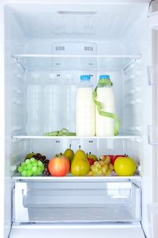 Zdjęcie koncepcyjne diety: zdrowa żywność w lodówce