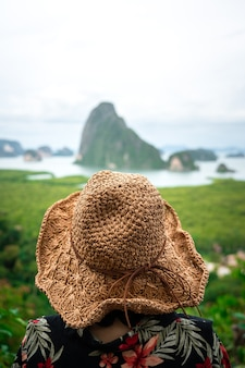 Zdjęcie koncepcyjne podróży i wakacji, zbliżenie z tyłu kapelusza podróżnika z rozmytym tłem