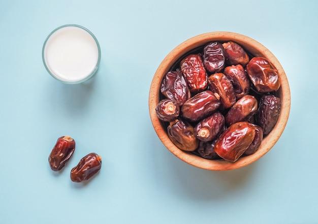 Zdjęcie koncepcyjne żywności ramadan: daktyle palmowe i mleko