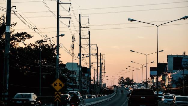 Zdjęcie korka na drodze wieczorem.