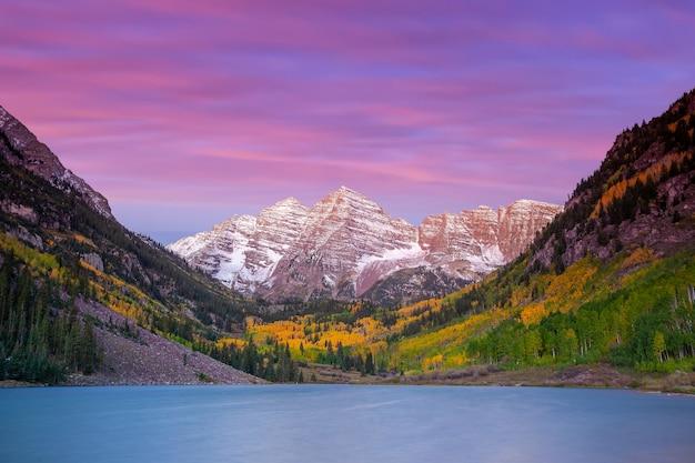 Zdjęcie krajobrazowe dzwonka maroon w sezonie jesiennym aspen colorado, stany zjednoczone o zachodzie słońca